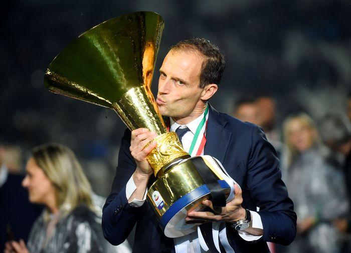 Pelatih Juventus Massimiliano Allegri mencium trofi kemenangan Juventus di Liga Serie A Italia.