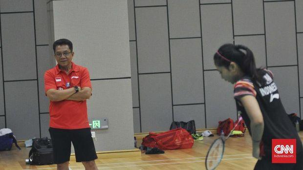 Manajer Indonesia Achmad Budiharto memantau latihan tim.