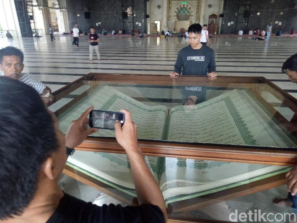 Melihat Alquran Raksasa di Masjid Raya Makassar