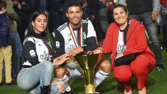 Bersama keluarganya Ronaldo merayakan menjadi juara Liga Italia (REUTERS/Massimo Pinca)