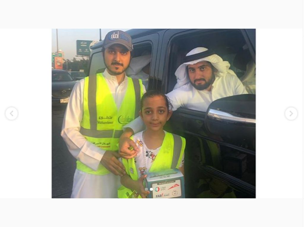 Syekh Dubai Tak Sungkan Terima Takjil yang Dibagi di Jalan
