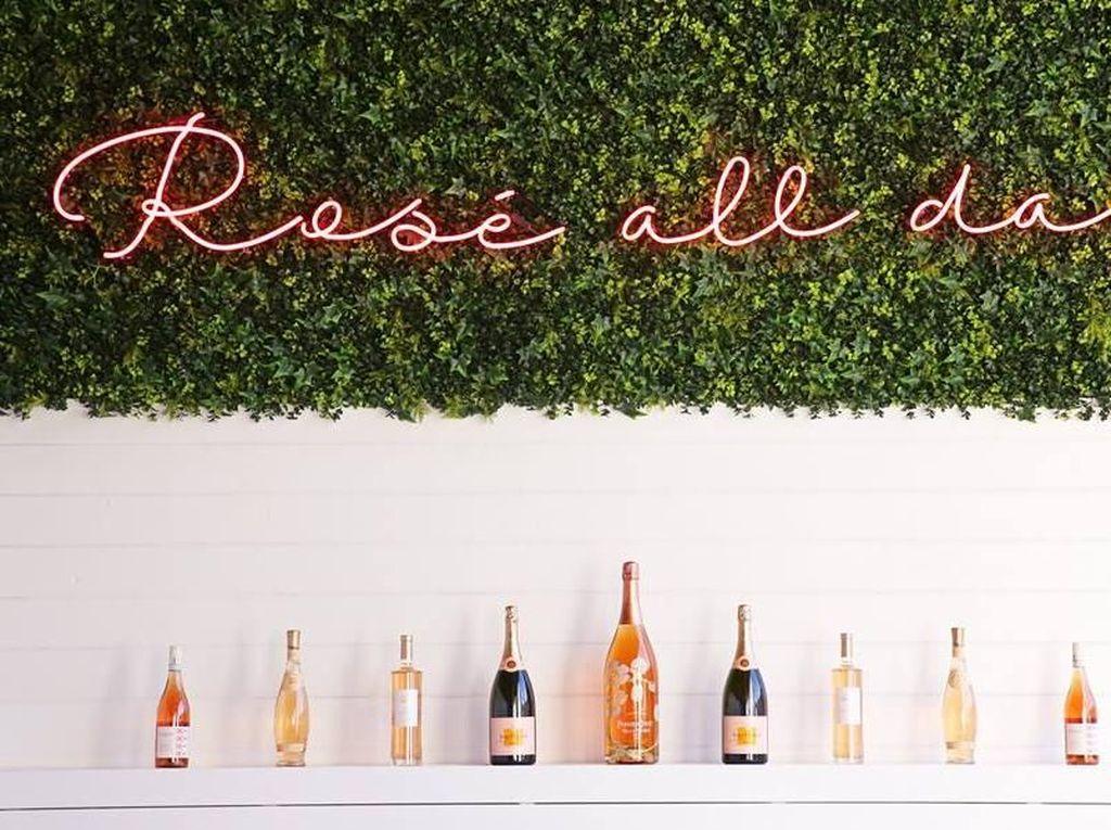 Perusahaan Ini Rela Membayar Rp 145 Juta Hanya Untuk Minum Wine
