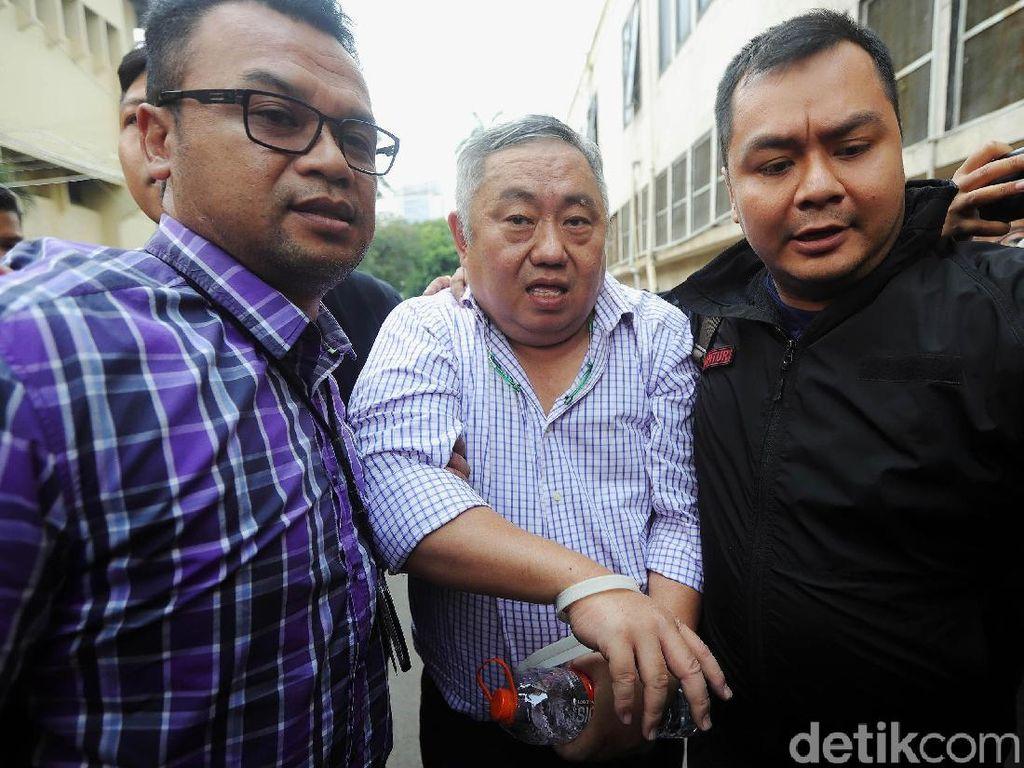 Penampakan Lieus Sungkharisma Dibawa Polisi dengan Tangan Terikat