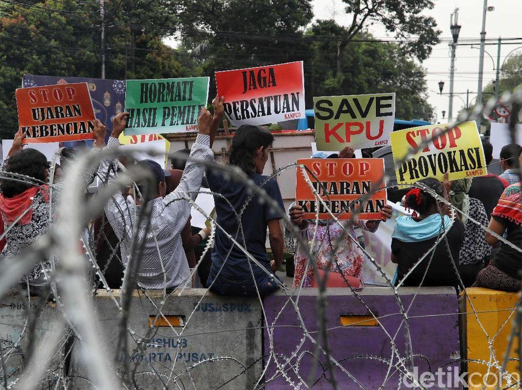 Massa Gelar Aksi Dukungan untuk KPU