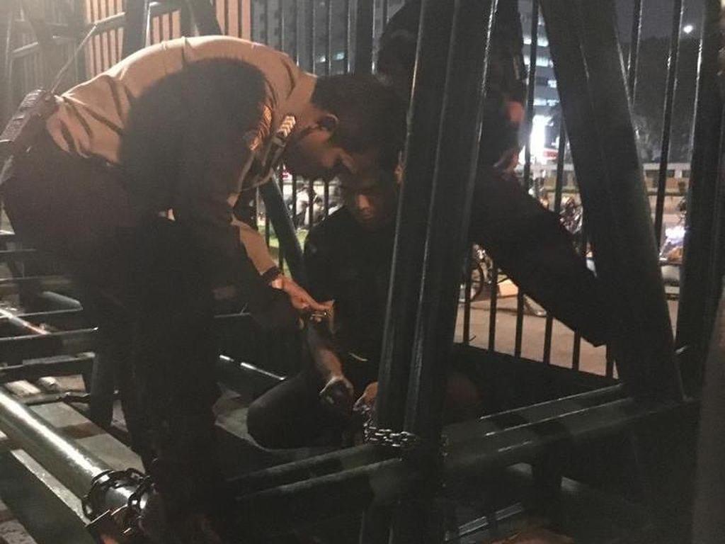 Jelang Aksi 22 Mei, Gerbang Gedung DPR Digembok
