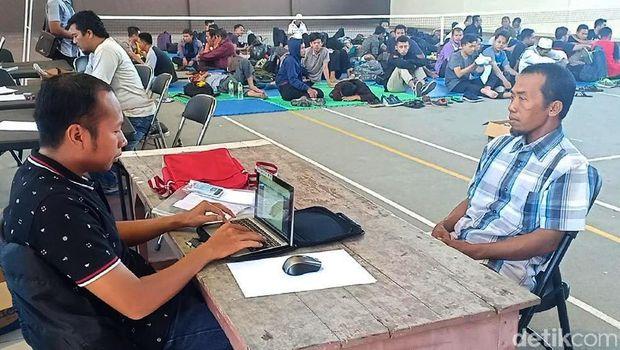 Proses pendataan 87 orang yang diamankan di Madiun/