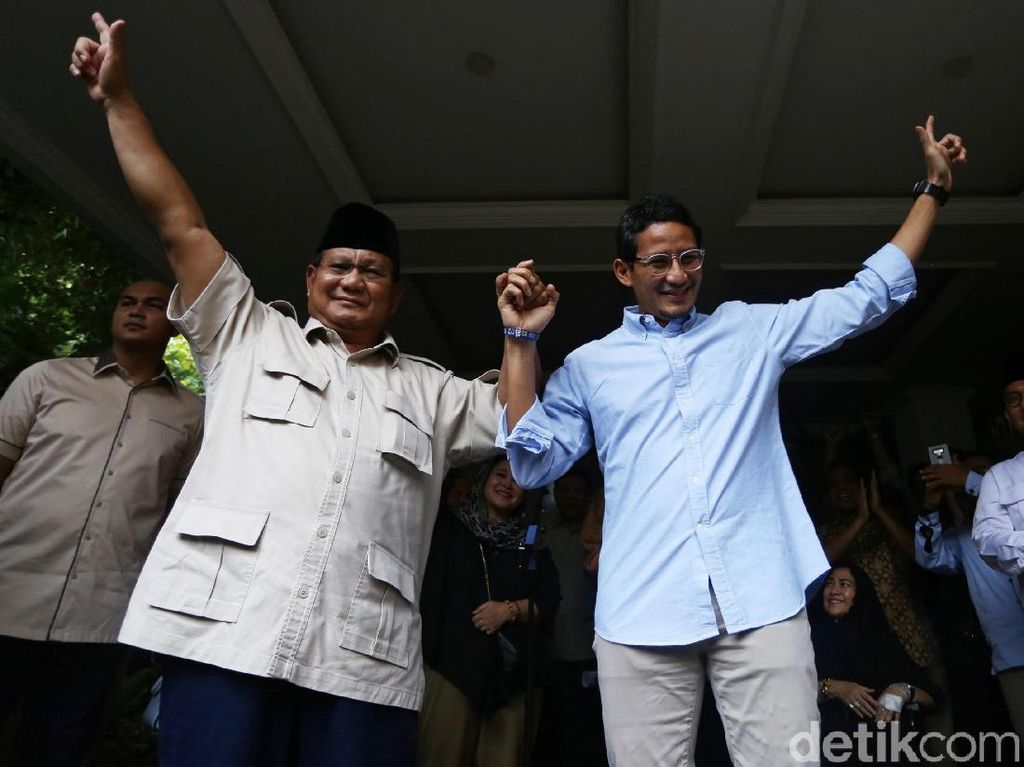 Salam Dua Jari, Prabowo-Sandi Tolak Hasil Pilpres 2019