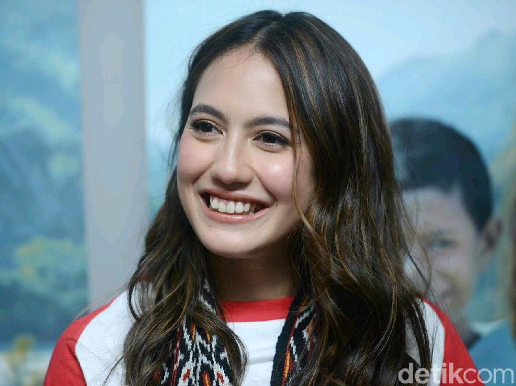 Ternyata Pevita Pearce Suka Traveling Ala Backpacker