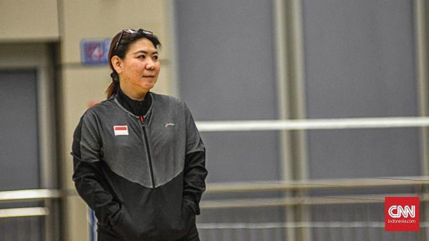 Susy Susanti tengah memantau jalannya latihan Tim Indonesia.