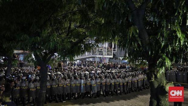 Massa berunjuk rasa menolak hasil pemilu 2019 di kawasan Sarinah, Jakarta, Selasa, 21 Mei 2019. CNN Indonesia/Adhi Wicaksono