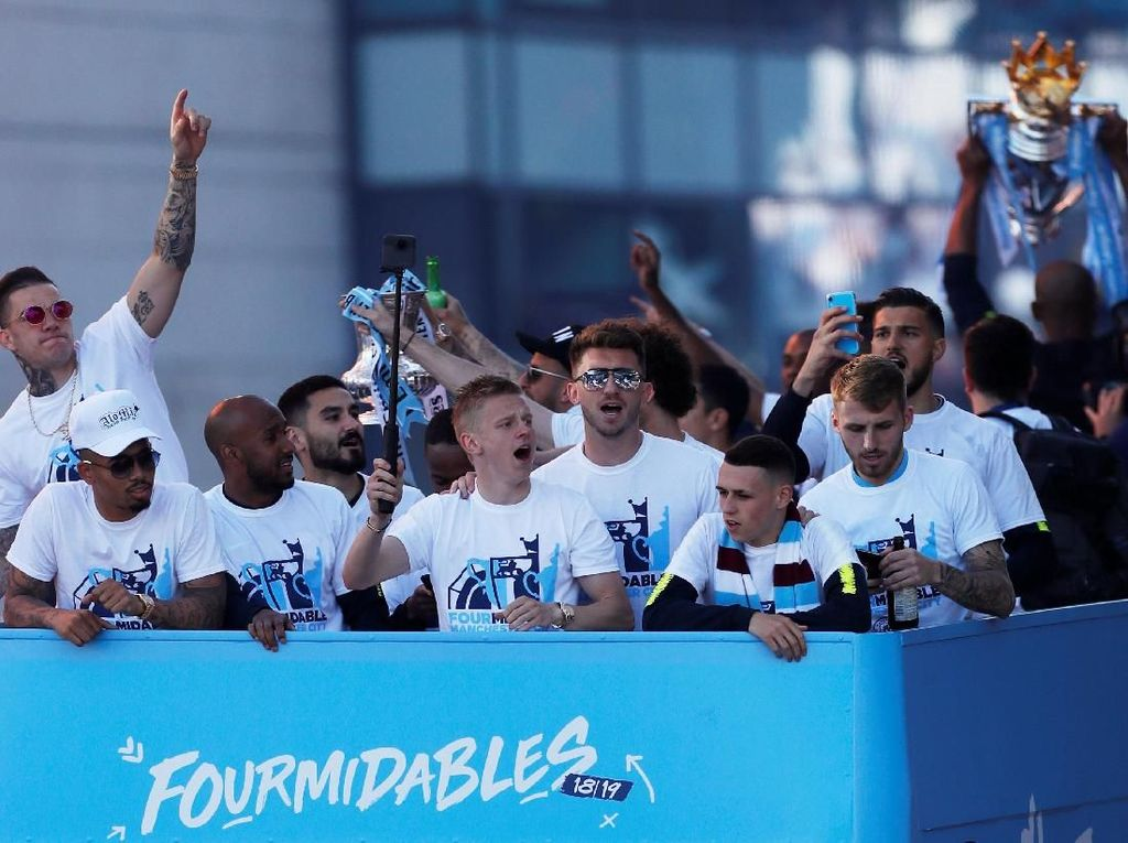 Arak-arakan Juara Man City Birukan Kota Manchester