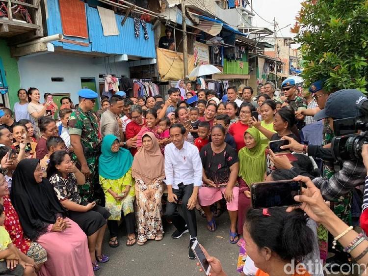Jelang Pidato Kemenangan, Jokowi Dialog dengan Warga Kampung Deret