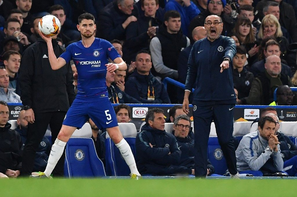 Chelsea's Italian head coach Maurizio Sarri (R) reacts as Chelsea's Italian midfielder Jorginho takes a throw-in during the UEFA Europa League semi-final second leg football match between Chelsea and Eintracht Frankfurt at Stamford Bridge in London on May 9, 2019. (Photo by Ben STANSALL / AFP)