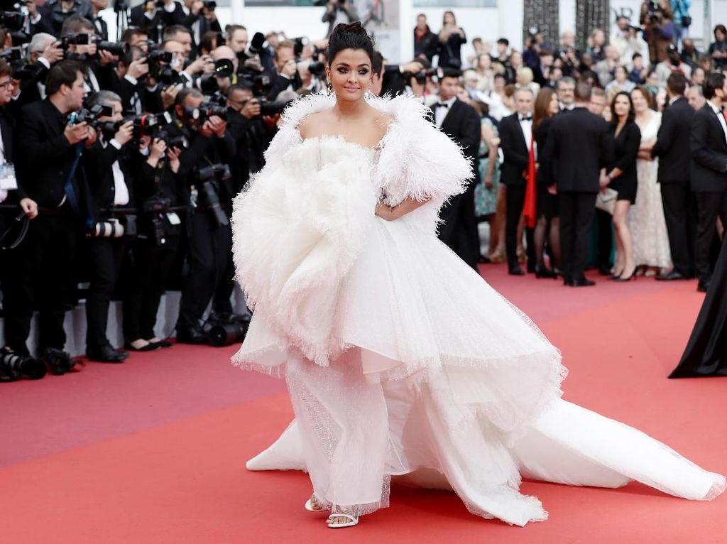 Adu Gaya Aishwarya Rai Vs Priyanka Chopra Pakai Gaun Pengantin di Cannes