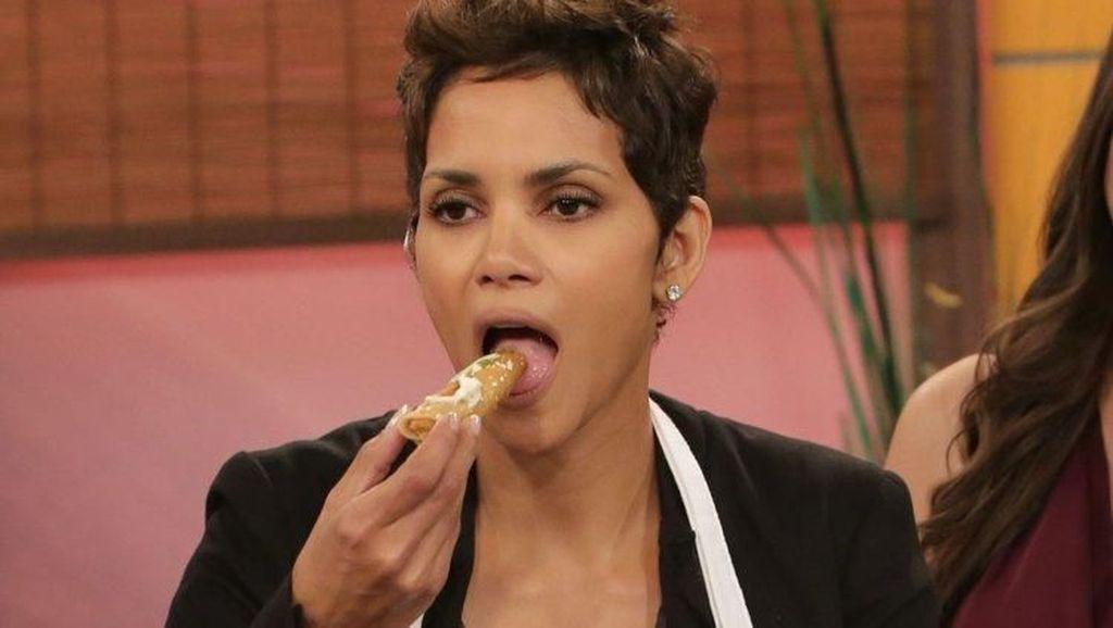 Bermain di John Wick 3, Halle Berry Doyan Makan Beignet dan Kue Manis