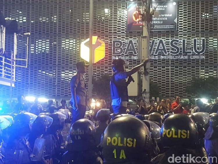 Massa yang Demo di Bawaslu Sepakat Bubar, Lanjut Kembali Besok
