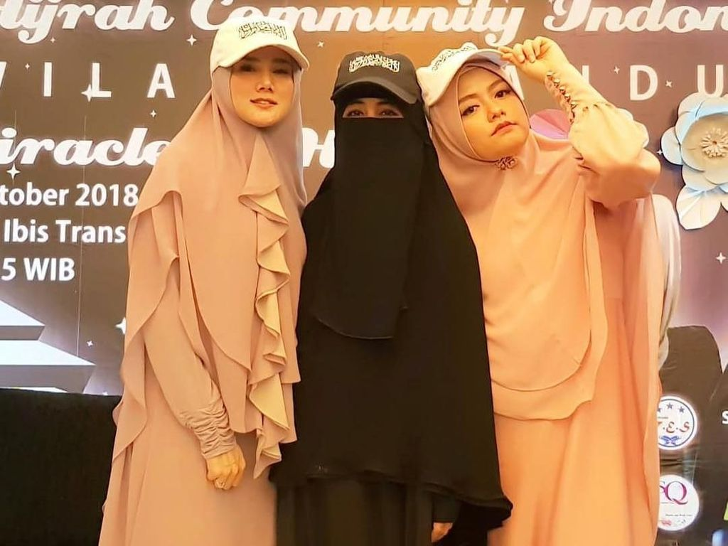 Foto: Beda Gaya Hijab 2 Sahabat, Ummi Pipik dan Mulan Jameela