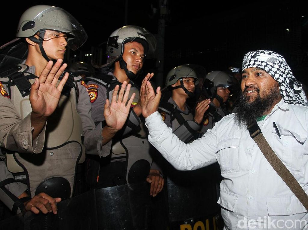 Bersalaman dengan Polisi, Massa Bubarkan Diri