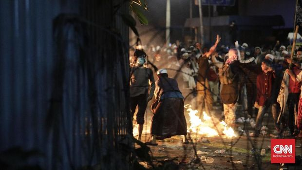 Suasana kericuhan antara demonstran yang menggelar aksi unjuk rasa dengan aparat kepolisian yang berjaga di sekitar kawasan gedung Bawaslu, Jakarta, Rabu (22/5/2019).
