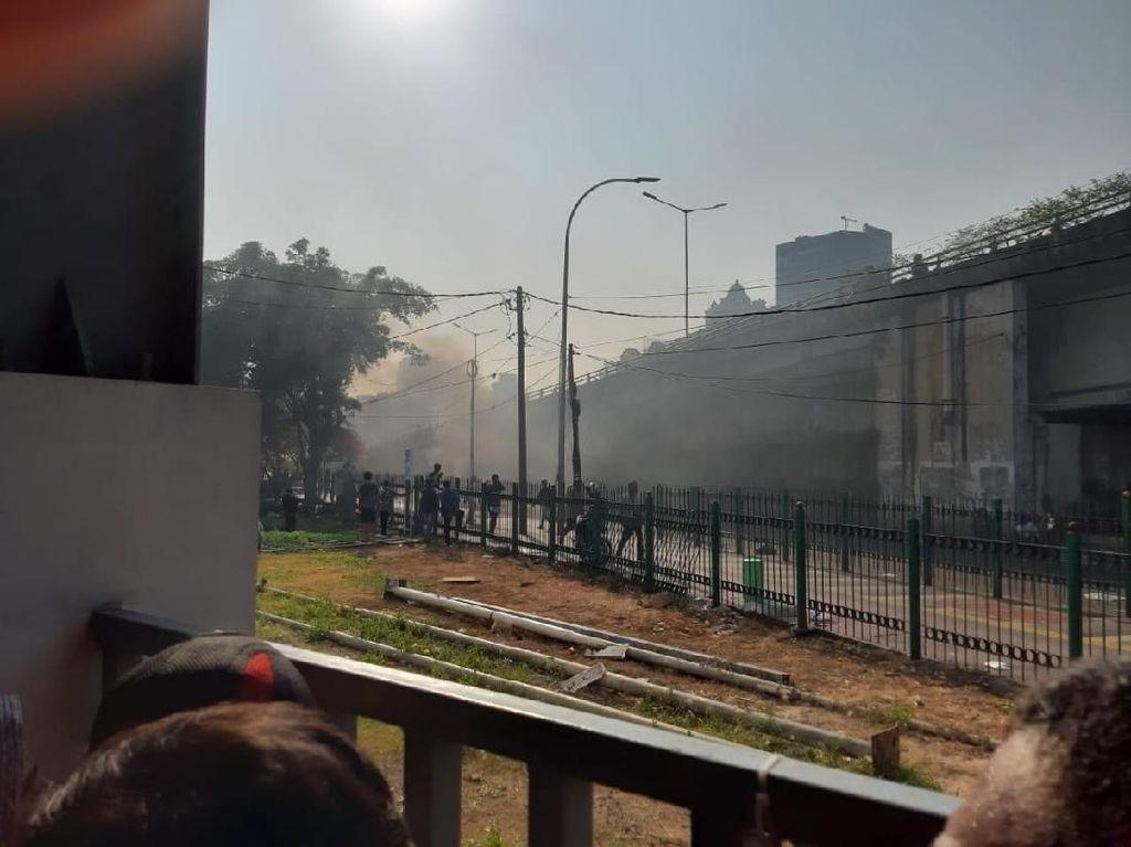 Massa Lempari Batu ke Stasiun Tanah Abang, Penumpang Menumpuk