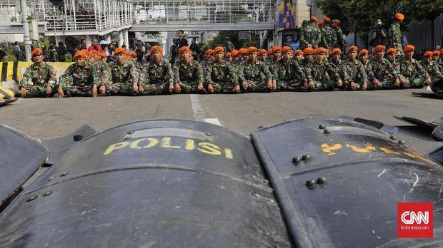Aparat TNI AD dan TNI AU diperbantukan menjaga massa Aksi 22 Mei di depan Bawaslu, Jakarta, Rabu (22/5).