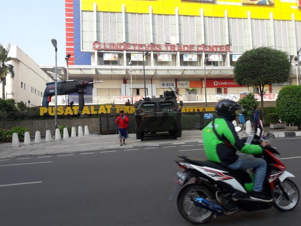 1 Unit Panser Siaga di Kawasan Glodok, Sejumlah Toko Tutup