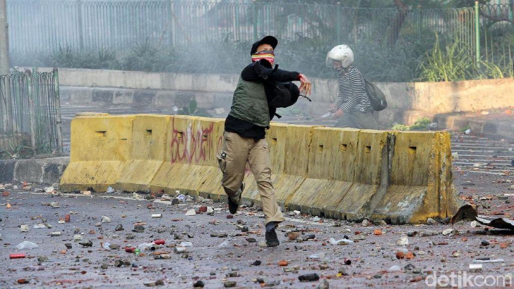 Rusuh Tanah Abang: Massa Lempari Batu, Polisi Tembakkan Gas Air Mata