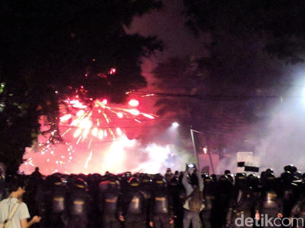 Jl Wahid Hasyim Jakpus Masih Mencekam, Massa Lempar Batu dan Bakar Barang