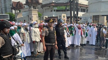 Polisi Dibantu Ulama FPI Halau Massa Rusuh di Flyover Slipi