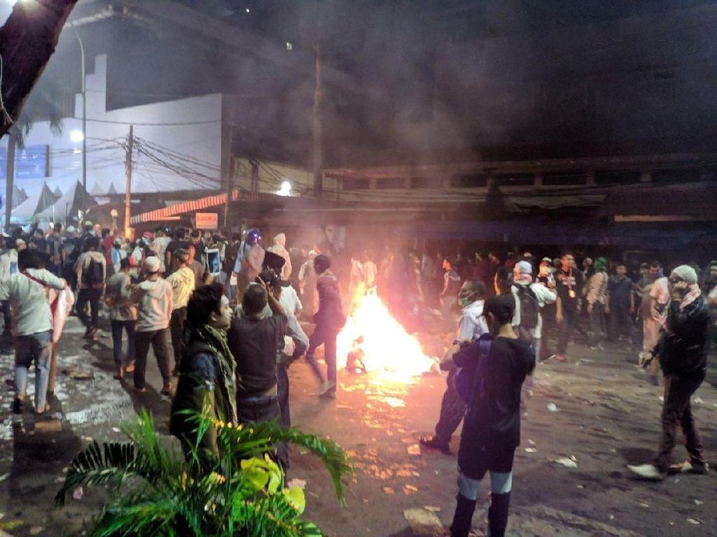 Rusuh Melebar ke Jalan Wahid Hasyim, Api Muncul di Sejumlah Titik