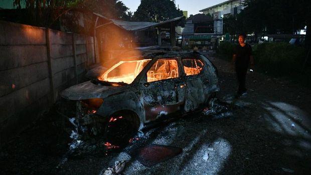 Ilustrasi mobil terbakar. Pelaku membakar mobil yang berisi dua korban untuk menghilangkan jejak pembunuhan.