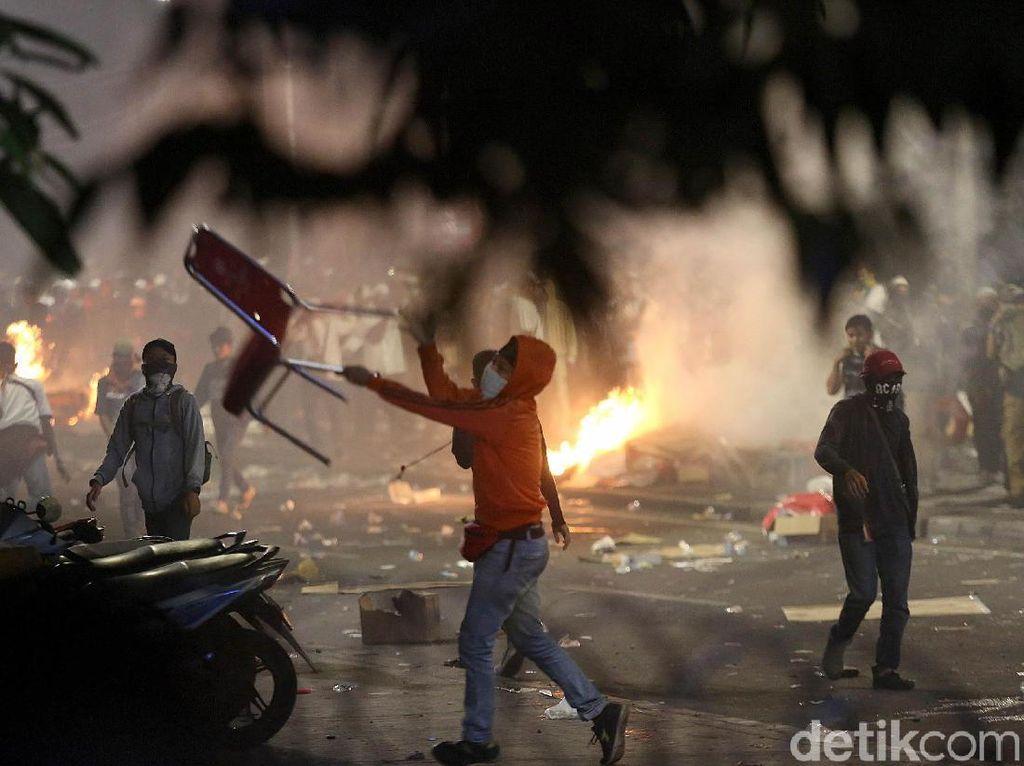 Usai Berbuka, Massa Aksi 22 Mei Kembali Ricuh di Depan Bawaslu