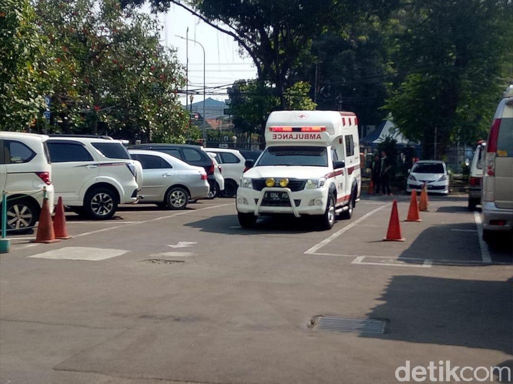 3 Ambulans Beriringan ke RS Budi Kemuliaan, Seorang Terluka di Leher