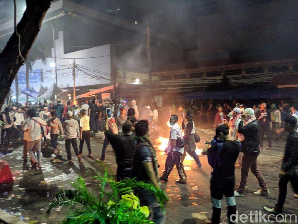 Video Ledakan Bersahutan saat Massa Rusuh di Bawaslu