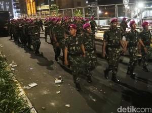Mesra Marinir dan Demonstran, Massa Ditertibkan Tanpa Kekerasan
