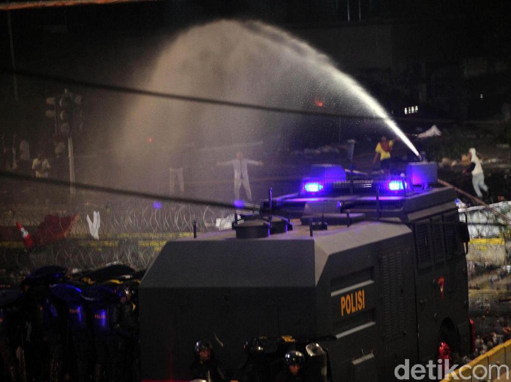 Kepung  Dua Sisi, Polisi Bubarkan Massa