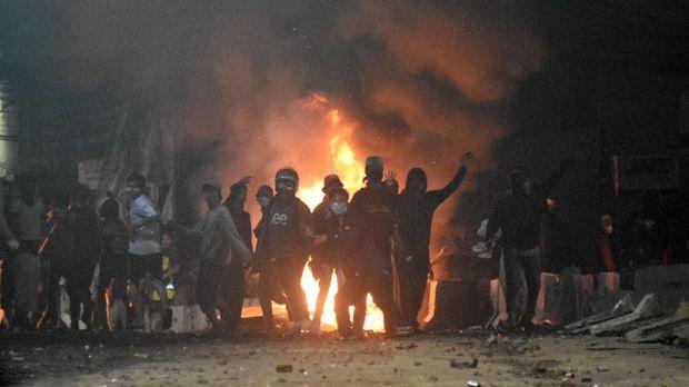 Sekelompok massa menyerang petugas kepolisian saat bentrokan Aksi 22 Mei di Jalan Brigjen Katamso, kawasan Slipi, Jakarta, Rabu (22/5)