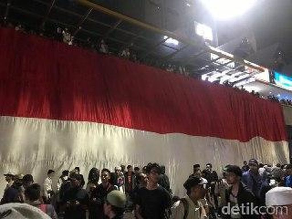 Massa Bentangkan Bendera Merah Putih Tutupi McD Sarinah