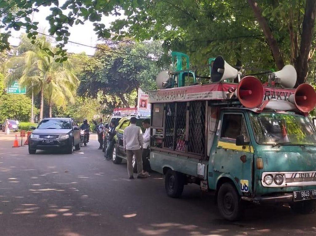 Ada Mobil Komando Suara Rakyat Parkir di Kertanegara