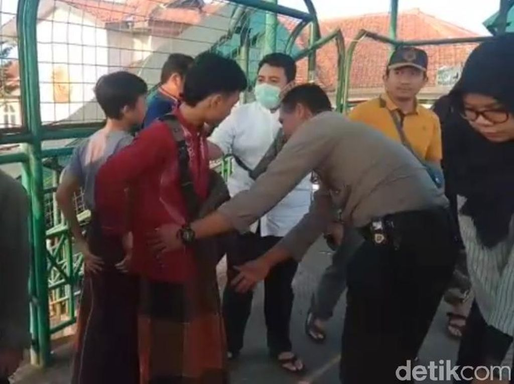 Polisi Halau Kelompok Remaja di Stasiun Bogor yang Mau Demo ke Jakarta