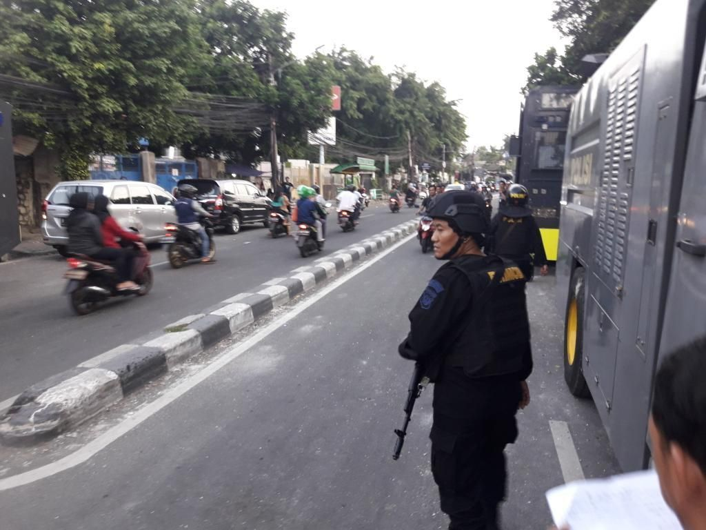 Ratusan Polisi Berjaga di Jalan KS Tubun Depan Asrama Brimob