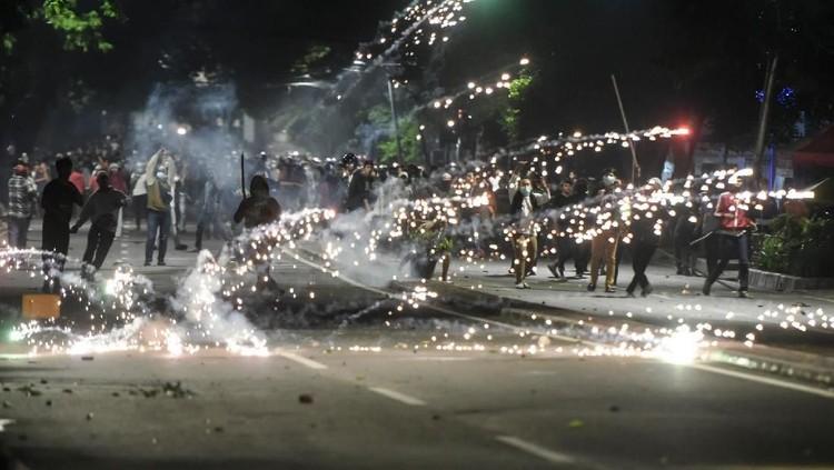 Jelang Sahur, Perang Gas Air Mata dan Petasan Pecah di Tanah Abang