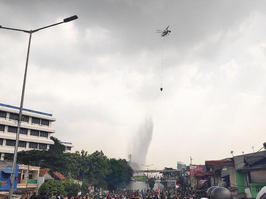 Heli Water Bombing Padamkan Ban yang Dibakar Massa di Tanah Abang