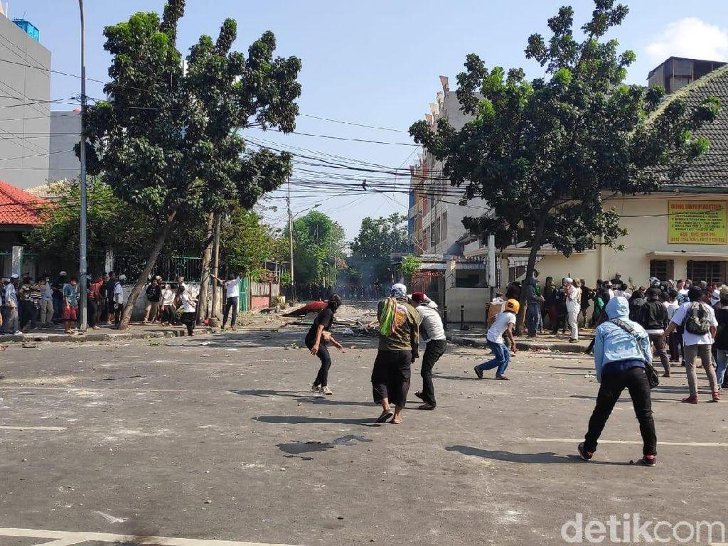 Jl Jatibaru Tn Abang Mencekam! Massa Sambit Polisi, Gas Air Mata Ditembakkan