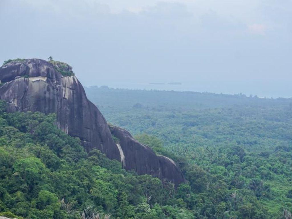 Mendaki Batu Baginda, Granit Terbesar di Belitung