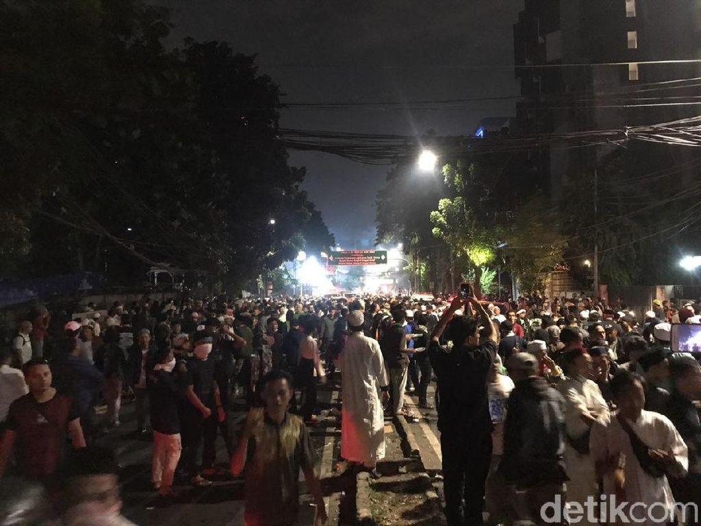 Ricuh Lagi, Orator Demo di Bawaslu Imbau Massa Tak Lempari Polisi