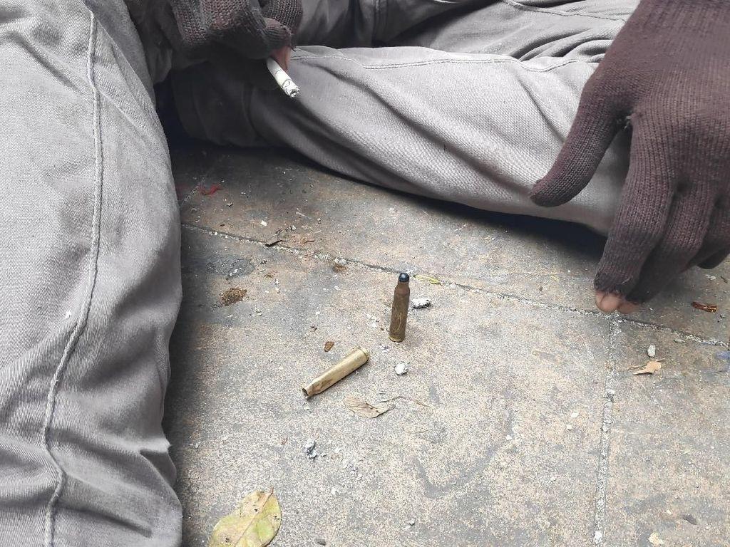 Pria di Tanah Abang Bawa-bawa Selongsong Peluru Karet dan Jaket Bolong