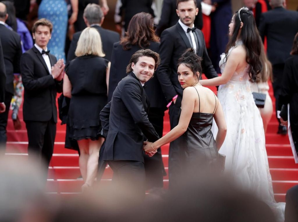Potret Mesra Brooklyn Beckham dan Hana Cross di Red Carpet Cannes