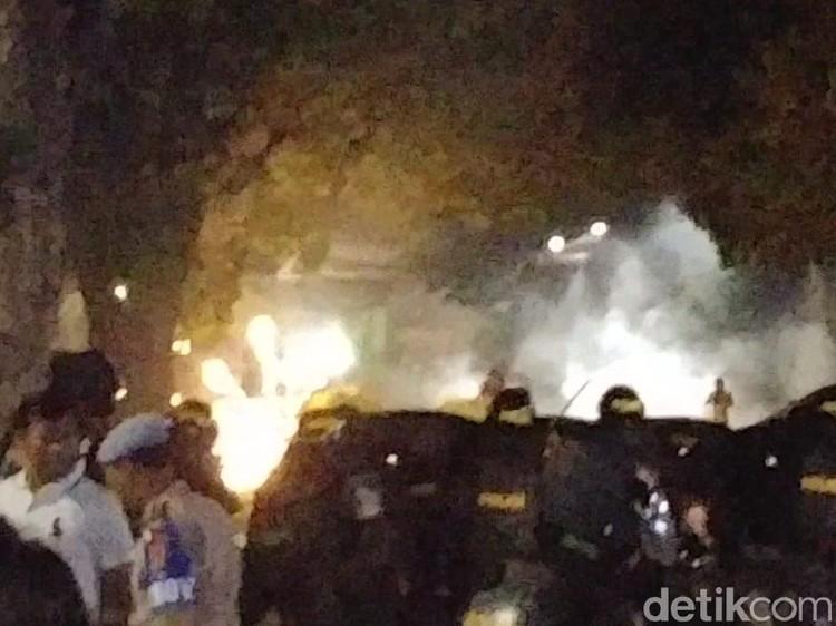 Tanah Abang Masih Mencekam, Massa Terus Lakukan Perlawanan ke Polisi