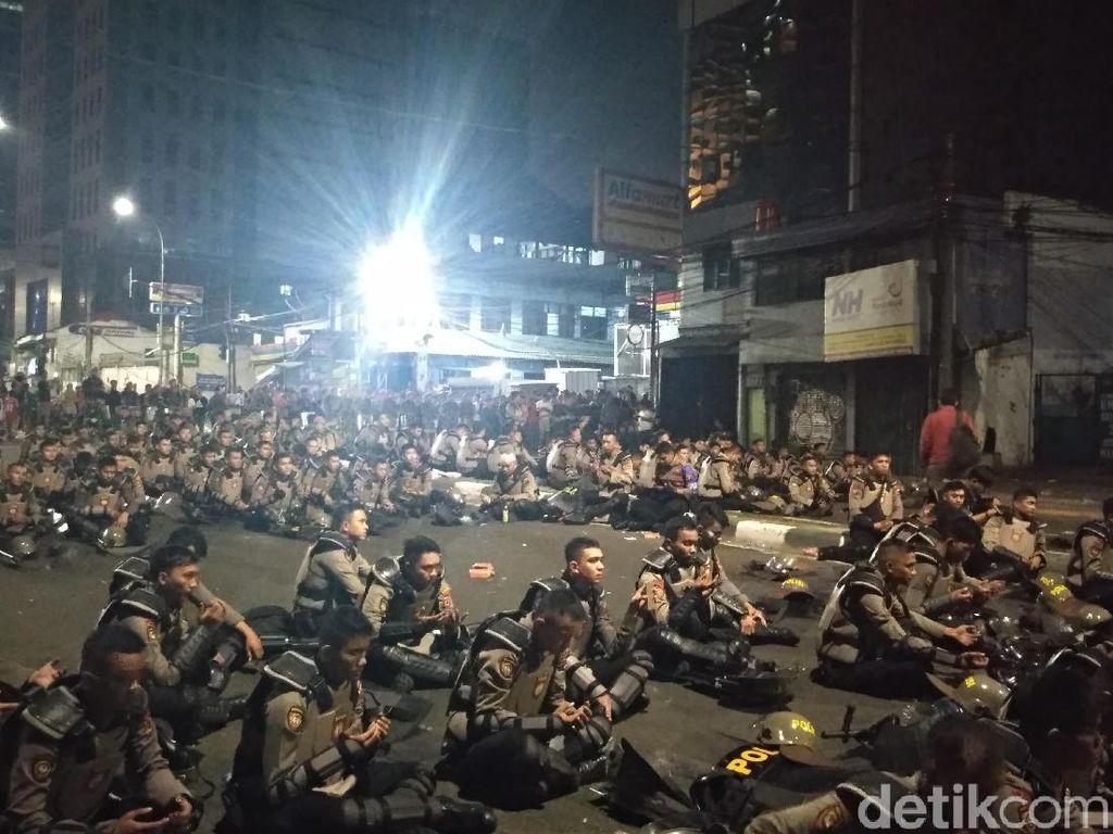 Polisi Selawatan di Flyover Slipi, Massa Tak Lagi Lempar Petasan